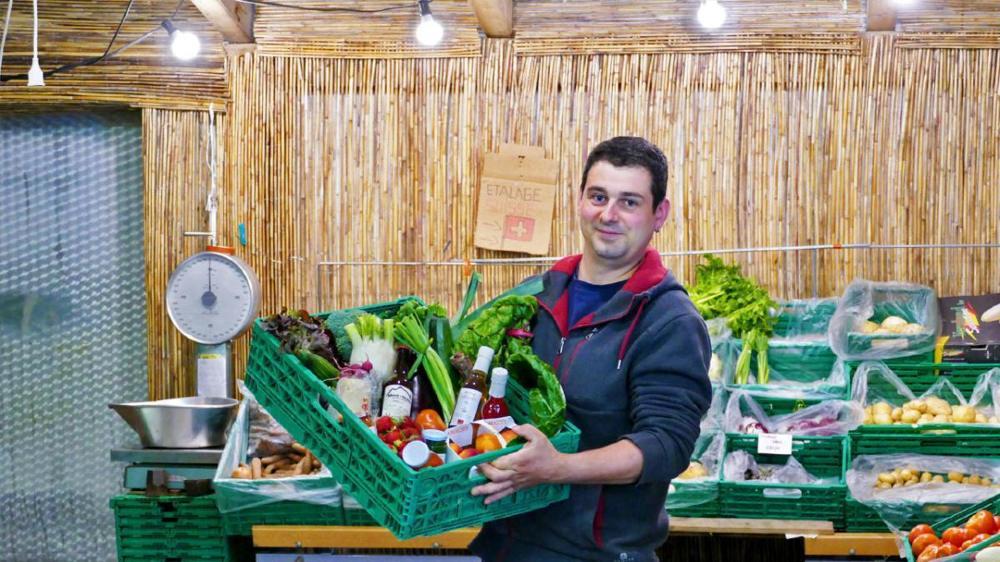Sébastien Duay a commencé par la vente directe de la production familiale. Peu à peu, il a proposé des produits d'autres agriculteurs et artisans dans sa petite épicerie en circuit court.