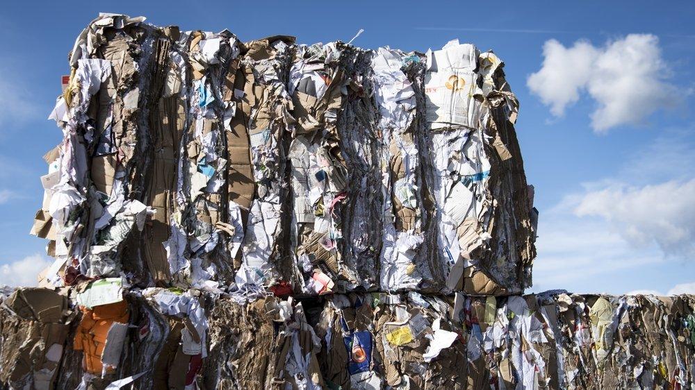 Avec la fermeture des frontières chinoises aux déchets, les recycleurs suisses peinent à écouler leurs vieux papiers.