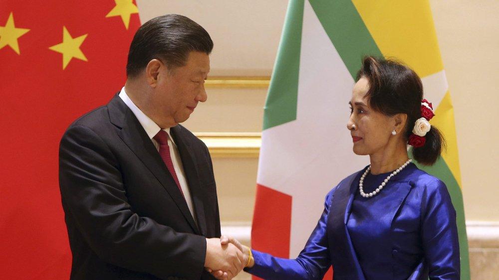 Aung San Suu Kyi, ministre des Affaires étrangères birmane et le président chinois Xi Jinping.