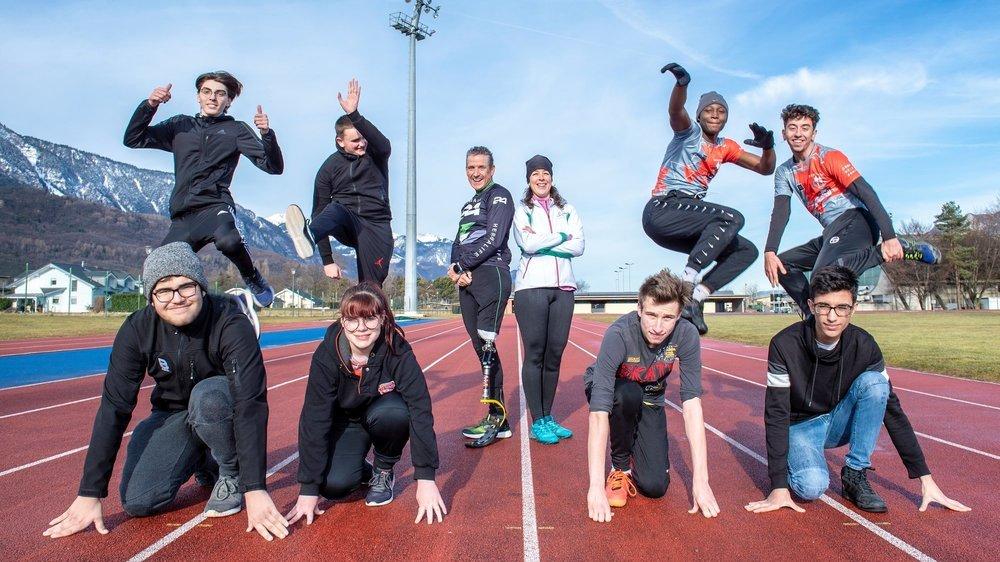 L'équipe de douze jeunes (huit sur la photo) s'entraîne une fois par semaine depuis fin janvier. Au centre, les coachs en insertion professionnelle Pascal Fumeaux et Liliana Perrin.