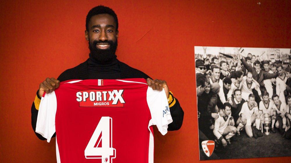 Johan Djourou présente le maillot numéro 4 qu'il portera au FC Sion.