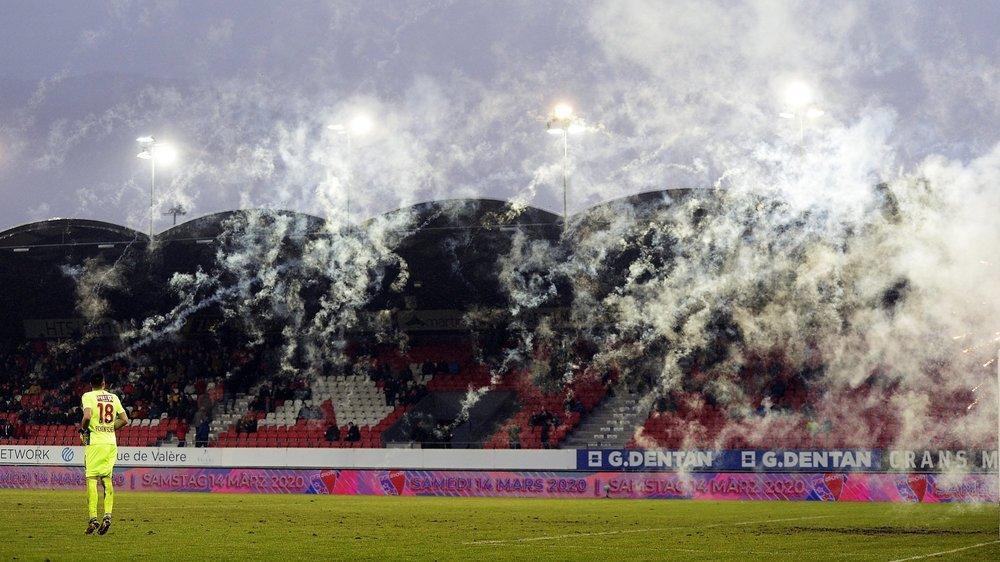 La fumée des engins pyrotechniques allumées par les fans zurichois envahit la surface de réparation devant le but de Kevin Fickentscher