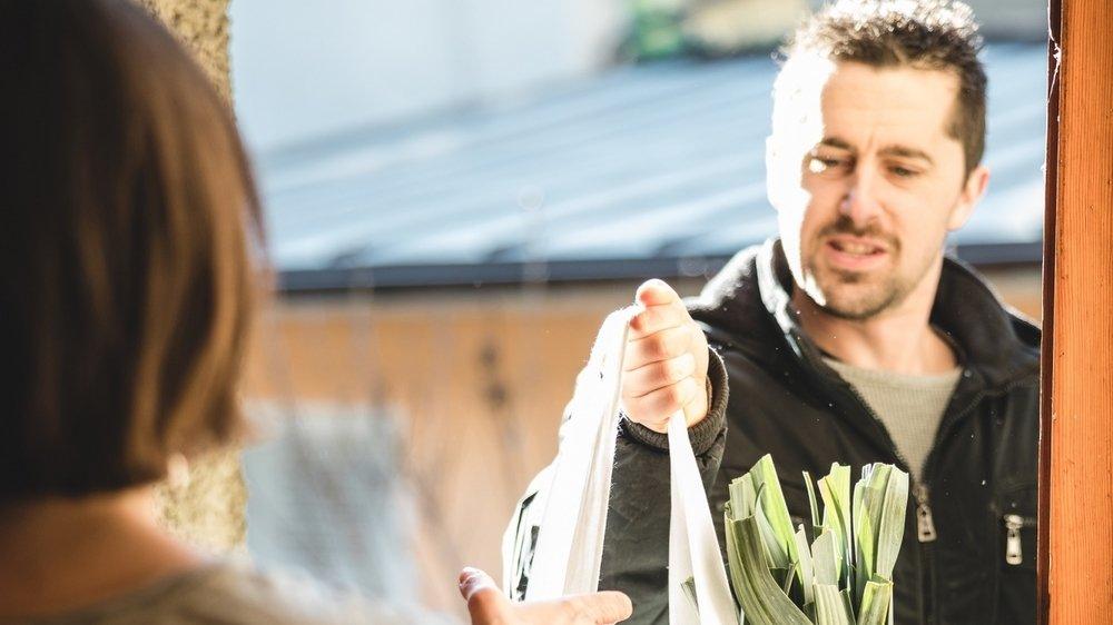 Frédéric Gomez, créateur de TerreLocale, livre un panier de produits locaux commandés sur la toile.