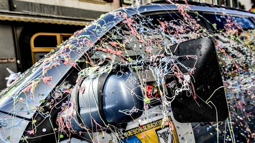 L'utilisation des spaghettis de couleur a pris une ampleur folle dans les carnavals valaisans, au point de poser problème.