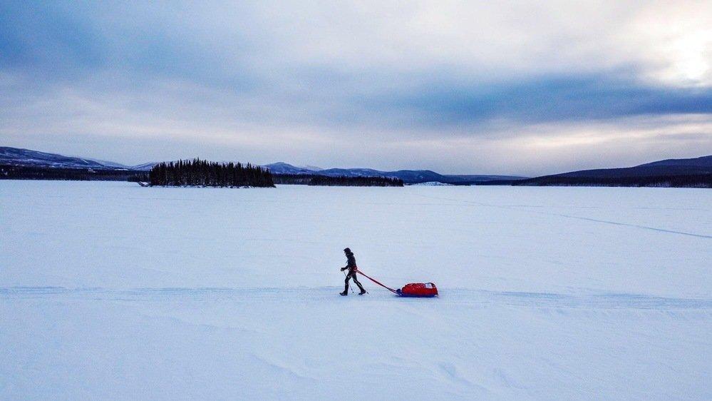 Hervé Acosta traînant sa pulka sur le Yukon Arctic Ultra trail.