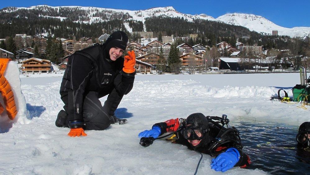 Astronautes en devenir, Eléonore Poli et Sebasthian Ogalde Castro s'entraînent dans les eaux glacées du lac de la Moubra de Crans-Montana.