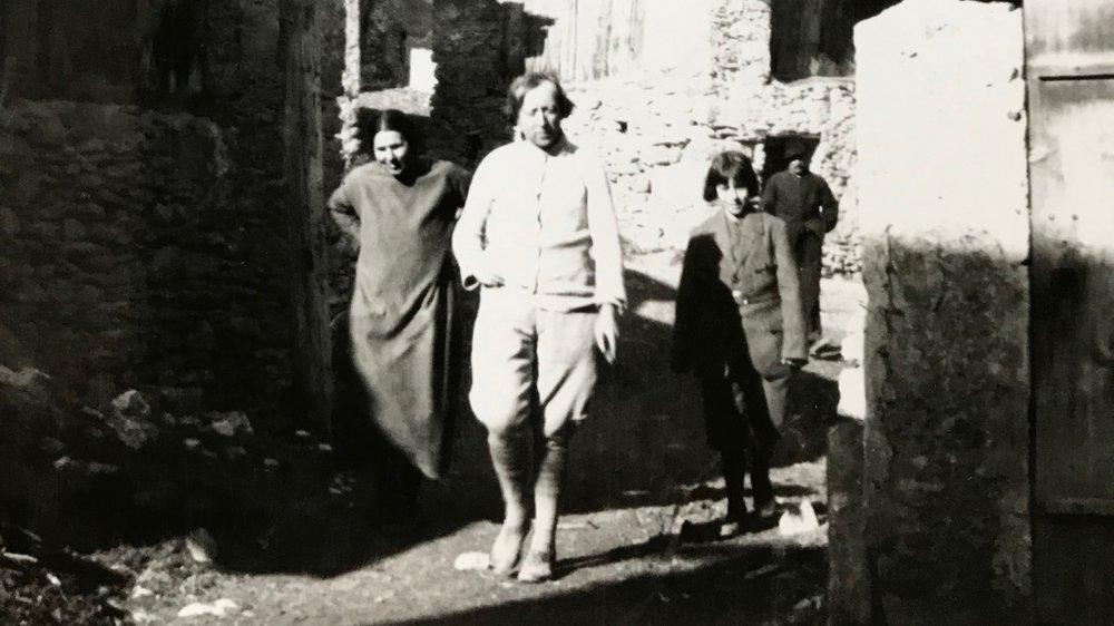 Cette photo datée des années 1920 représente Charles-Clos Olsommer au cœur du vieux village de Veyras.