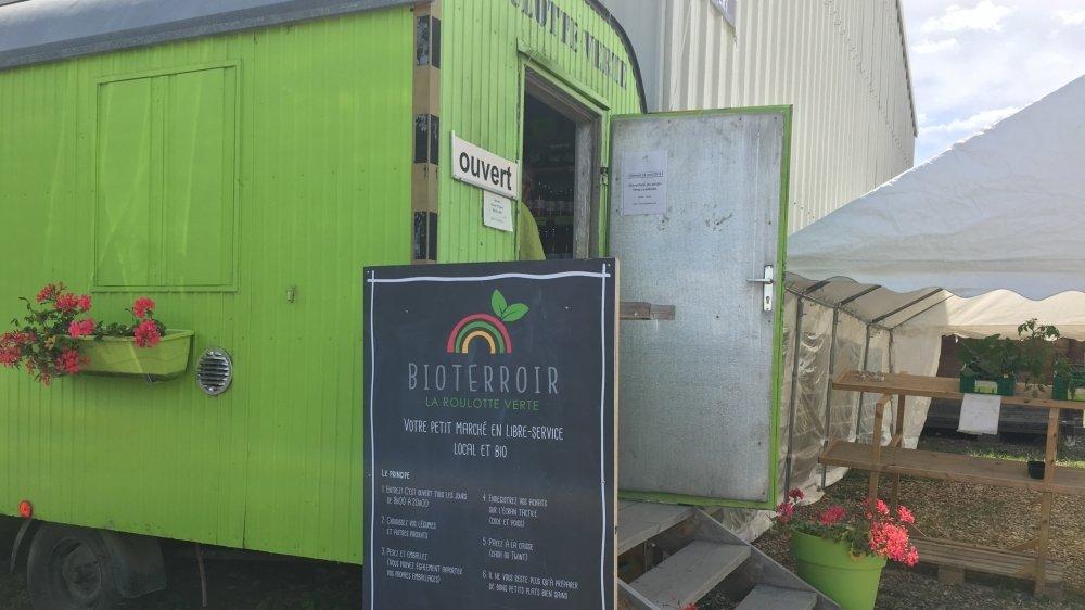 La Roulotte verte est un self-service proposant des fruits et légumes bios du domaine d'Olivier Schupbach à Bramois. Ouverte il y a dix ans, elle fonctionne de mieux en mieux.