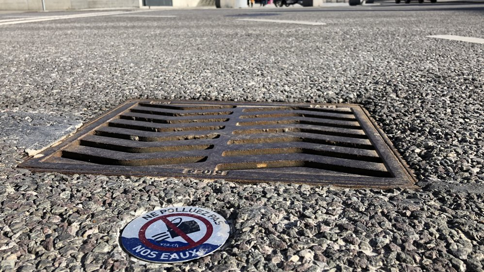 Les petites plaquettes «Ne polluez pas nos eaux» sont visibles dans différents secteurs de la ville de Sierre, comme ici à l'avenue Max-Huber.