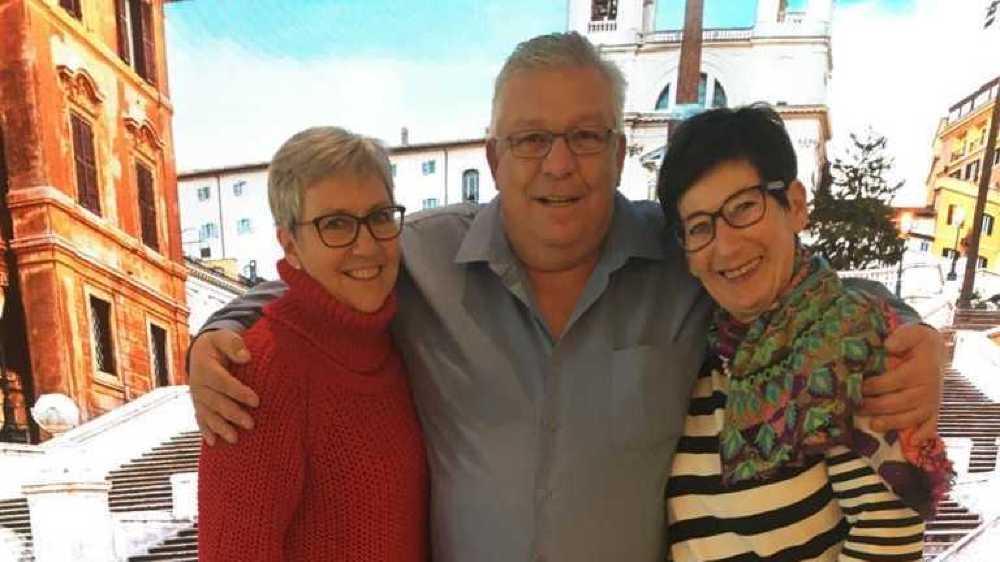 Carmen et Olivier Aubin, ici en compagnie d'une autre Valaisanne passagère du «Costa Smeralda», Marie-Paule Carrupt, préfèrent garder le sourire.
