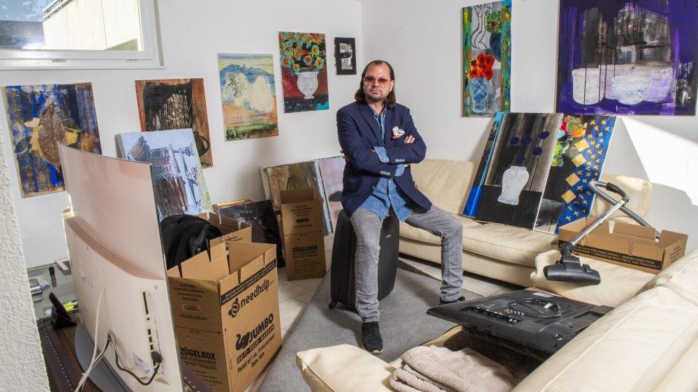 Jérôme Rudin dans son appartement contheysan, au milieu de ses cartons. A Paris, il prendra un nouveau départ.