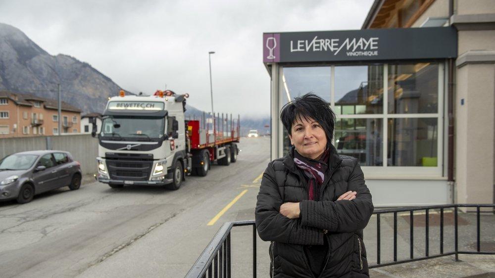 Gérante de la vinothèque VerreMaye, Viviane Pitteloud est inquiète d'apprendre que des centaines de poids lourds vont continuer de circuler devant la terrasse pendant trois années supplémentaires.
