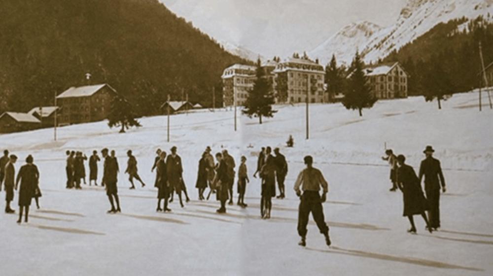 Dès 1920, Morgins développe les sports d'hiver, comme ici avec sa très grande patinoire.