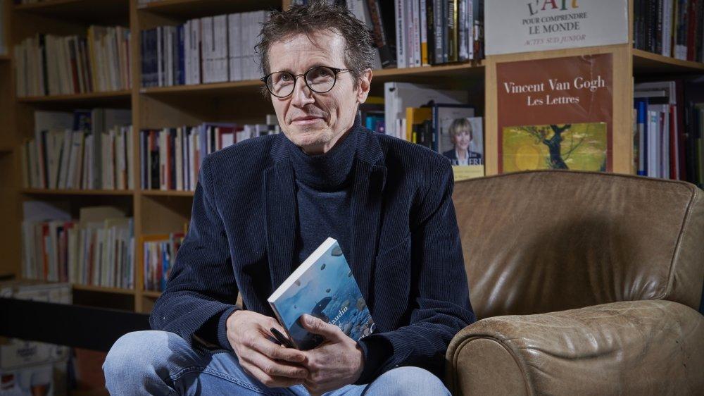 Yves Gaudin et son polar «En vérité» lors du vernissage, à Sion.