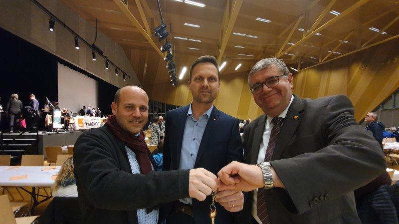 Le désormais ex-président Serge Métrailler (à gauche) et le président par intérim Stéphane Pillet (à droite) ont remis les clés du PDC à Joachim Rausis.