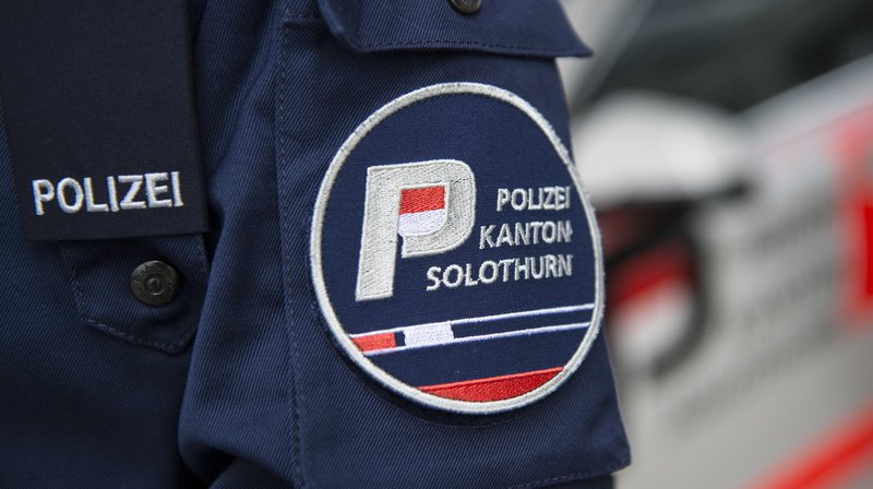 D'après les traces laissées sur les lieux, le jeune homme a été happé par une voiture, communique samedi la police.