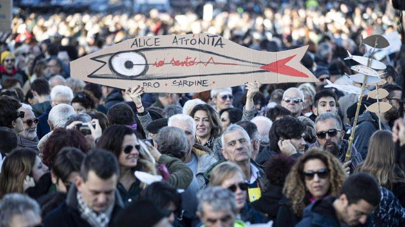 """A Bologne, des """"Sardines"""" par milliers pour faire barrage à l'extrême-droite"""
