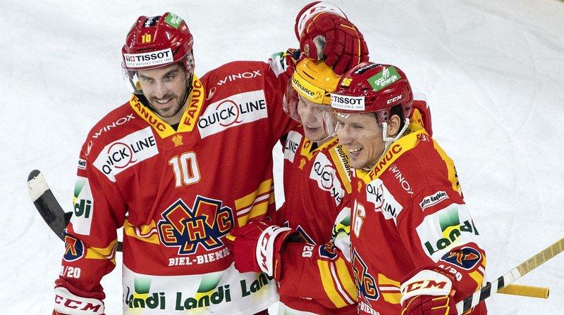 Les joueurs de Bienne célèbrent le 3e but de leur équipe.