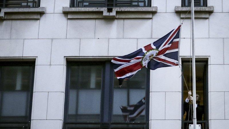 La délégation britannique a solennellement retiré le drapeau européen de son bâtiment bruxellois. L'Union Jack (ndlr: le drapeau du Royaume-Uni, ici à l'image) va, lui, être enlevé plus tard vendredi soir des bureaux européens.
