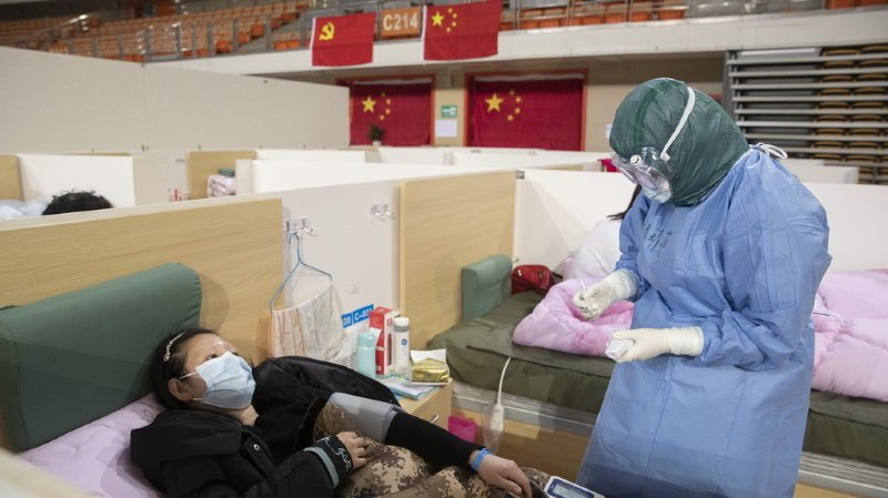Coronavirus: le bilan s'établit à plus de 1500 morts, premier cas recensé en Afrique