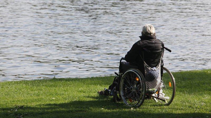 Accident: il perd la maîtrise de sa chaise roulante et finit dans un ruisseau à St-Gall