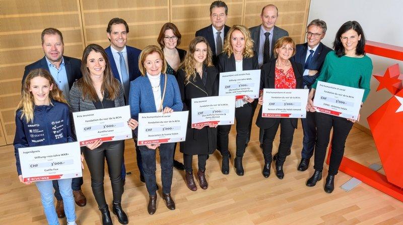 Les lauréats récompensés par la BCVs posent avec les dirigeants de la banque.