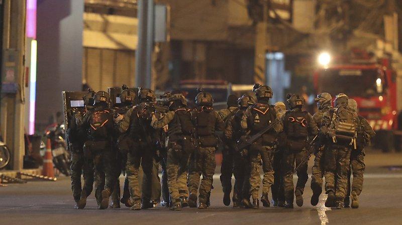 La police, les commandos de l'armée et des tireurs d'élite ont encerclé le centre commercial.