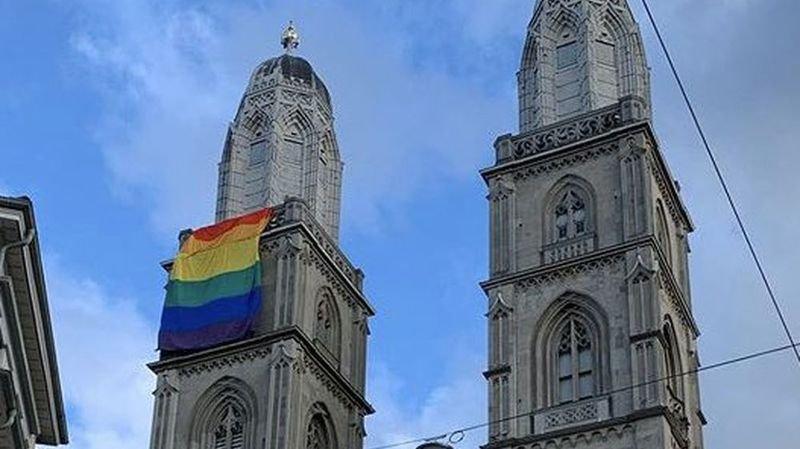 Votations du 9 février: un immense drapeau arc-en-ciel sur la Grossmünster à Zurich