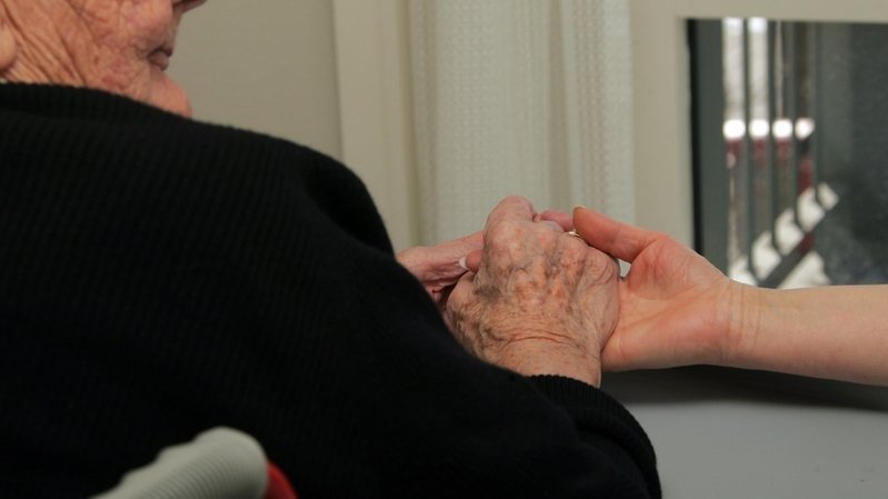 Le salaire des aides en soins dans les homes fait débat.
