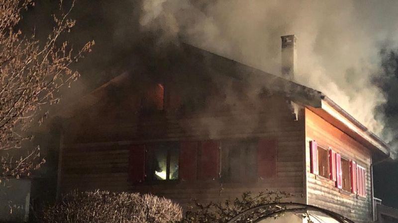 Selon la police cantonale, le feu a bien entamé la toiture de cette bâtisse en bois.