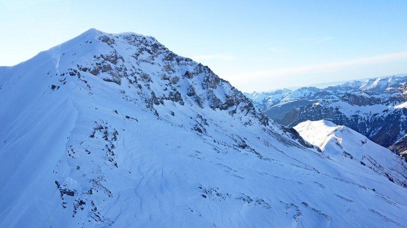 Accident de ski: un randonneur meurt sur l'Albristhorn (BE), six autres survivent à Davos (GR)