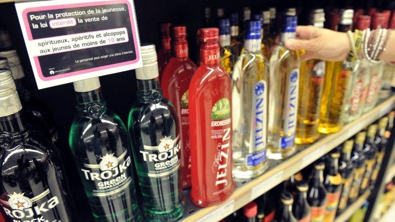 L'accès aux alcools forts – interdits de vente aux moins de 18 ans – demeure encore trop aisé pour les ados valaisans.