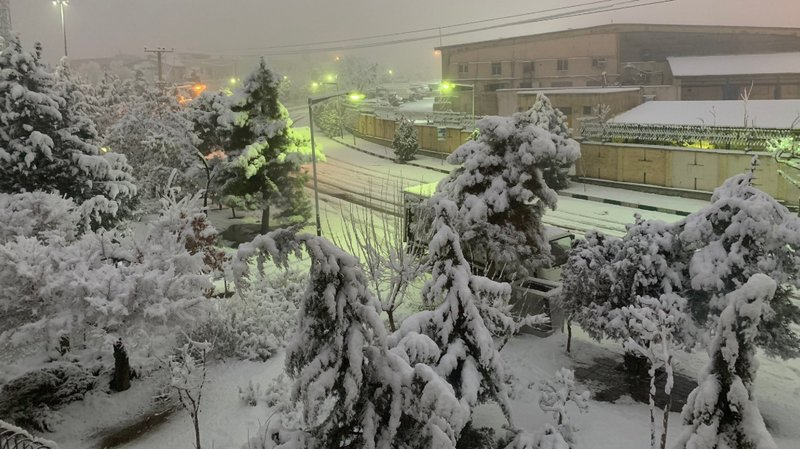 La neige a commencé à tomber tôt ce matin et a perturbé la circulation sur certaines des principales autoroutes de la ville.