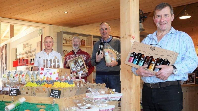 De gauche à droite, Laurent Ecœur, Laurent Meier, Christophe Darbellay et Jean Christe présentent quelques produits du val d'Illiez.