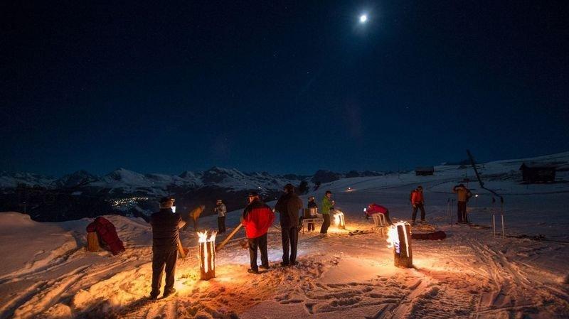 Des bûches finlandaises sont allumées pour contribuer à la féerie du ski de nuit.