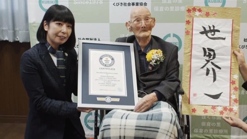 Chitetsu Watanabe a reçu officiellement son titre Guinness mercredi dans la maison de retraite où il réside.