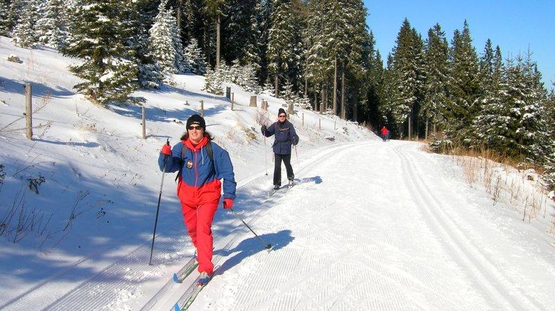 Les aînés peuvent pratiquer le ski de fond en toute sécurité, chacun pouvant cheminer à son rythme lors de sorties encadrées par un moniteur.