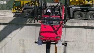 Depuis un barrage suisse, il saute à l'élastique à bord d'une voiture
