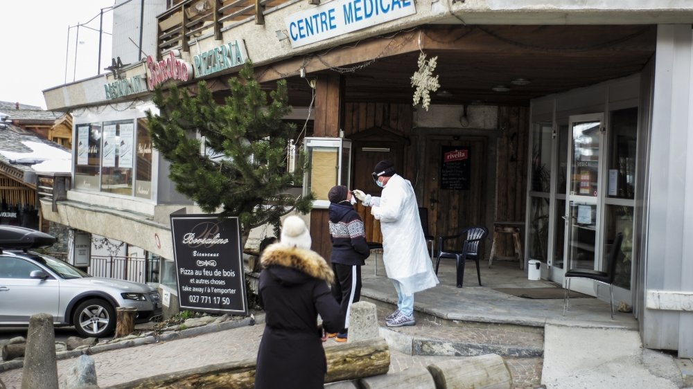 Dans ce cabinet médical de Verbier, les frottis pour tester le coronavirus s'effectuent à l'extérieur.