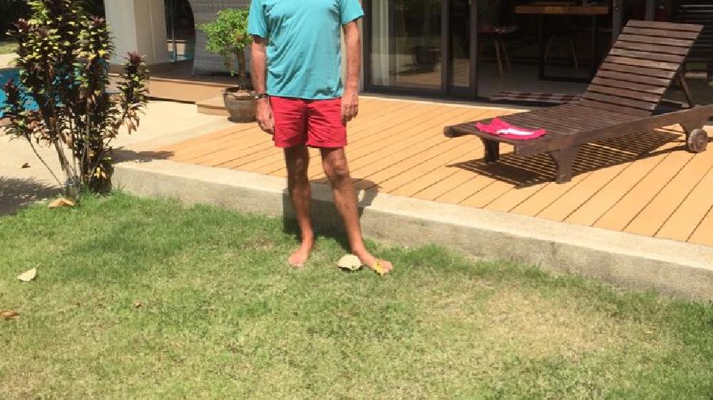 Philippe Grimont devant sa maison. Le cadre et le soleil l'aident à prendre positivement le confinement.