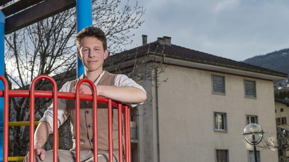 Domicilié à Glarey, Michael Posse compte parmi les nombreux opposants à l'installation d'une antenne 5G dans le quartier. Cet équipement de communication mobile est prévu sur le toit du bâtiment situé en arrière-plan.