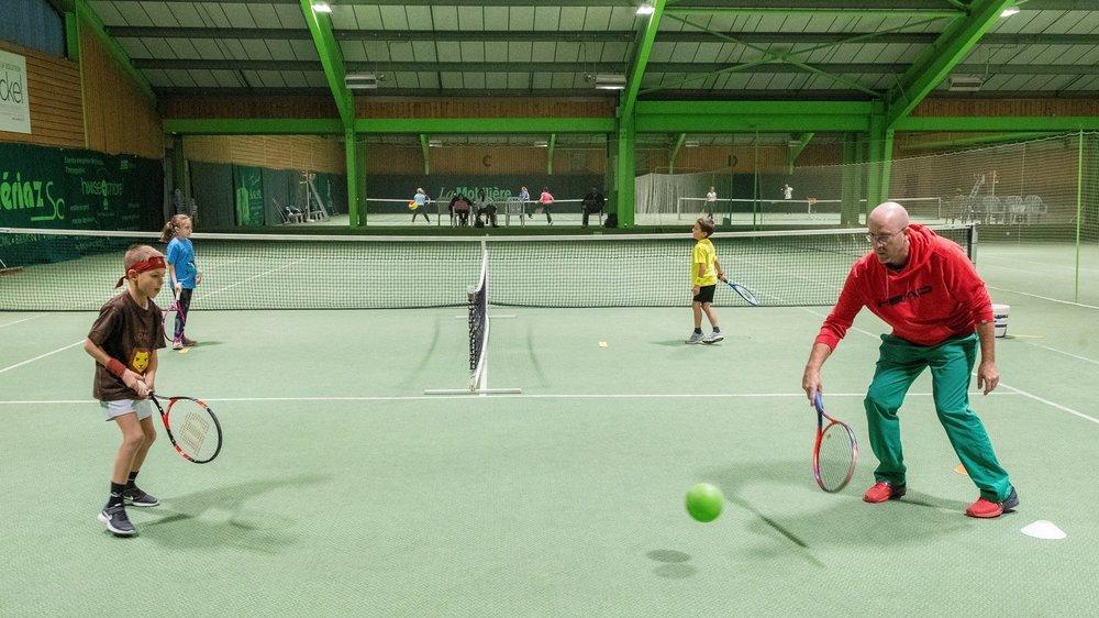 Les moniteurs de tennis indépendants (ici Thierry Constantin) sont particulièrement touchés.