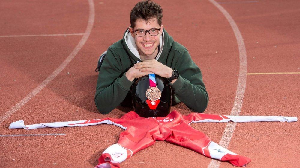 Livio Summermatter enfile la combinaison et le casque de skeleton durant l'hiver avant de se lancer sur les pistes d'athlétisme pour la saison estivale.