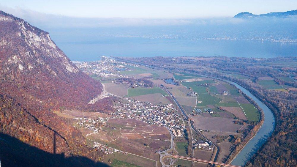 Vue sur Vouvry avec Le Bouveret et le lac en arrière-plan.