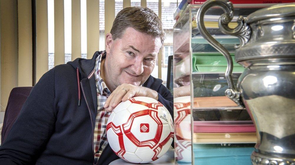Les dossiers du football valaisan, les trophées et le ballon animent la vie de Jean-Daniel Bruchez depuis vingt-sept ans.