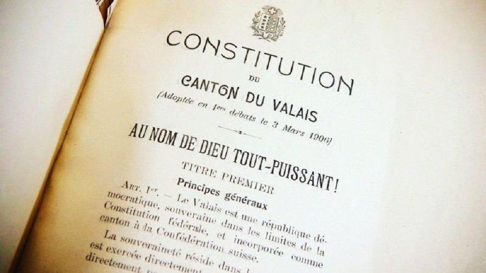 La formule «Au nom de Dieu tout-puissant!» introduit également la Constitution fédérale.