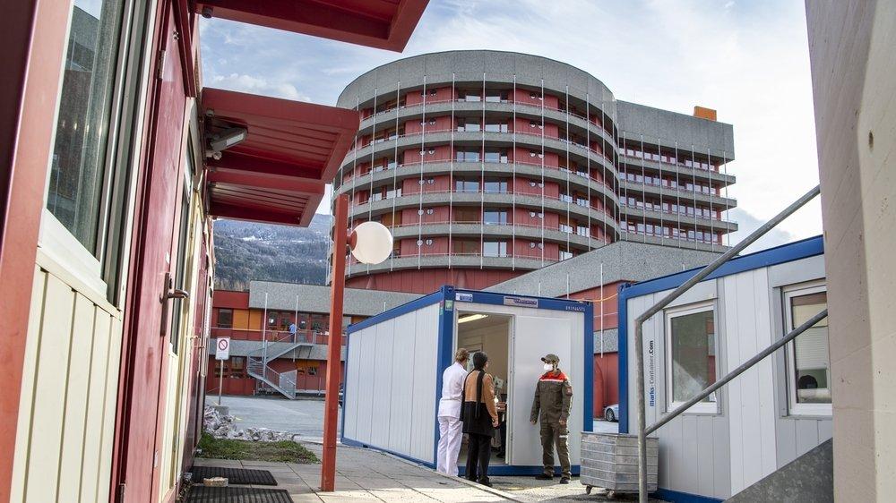 Une salle d'attente et deux containers ont été mis en place à l'hôpital de Sion dans le cadre de la lutte contre le coronavirus.