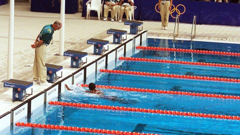 Après 1 min 52 s 72 d'effort en solitaire, Eric Moussambani a fini par ralier le rebord de la piscine olympique de Sydney.