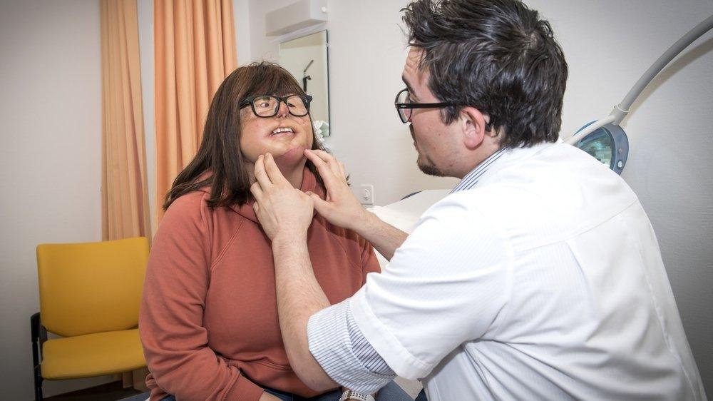 Jenny Udriot examinée par le Dr Severin Rossi, médecin assistant au CHUV, qui se dit satisfait de l'évolution de la cicatrisation.