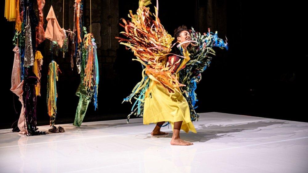 Dans ce costume coloré, Safi Martin Yé rend hommage à feu son papa, le célèbre musicien burkinabé Paco Yé.